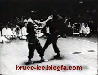 در اینجا یکی از شاگردان بروس لی در مقابل وی قرار می گیرد و بروس نشان می دهد که در کمتر از 1 ثانیه هم می توان حریف را ناک اوت نمود!